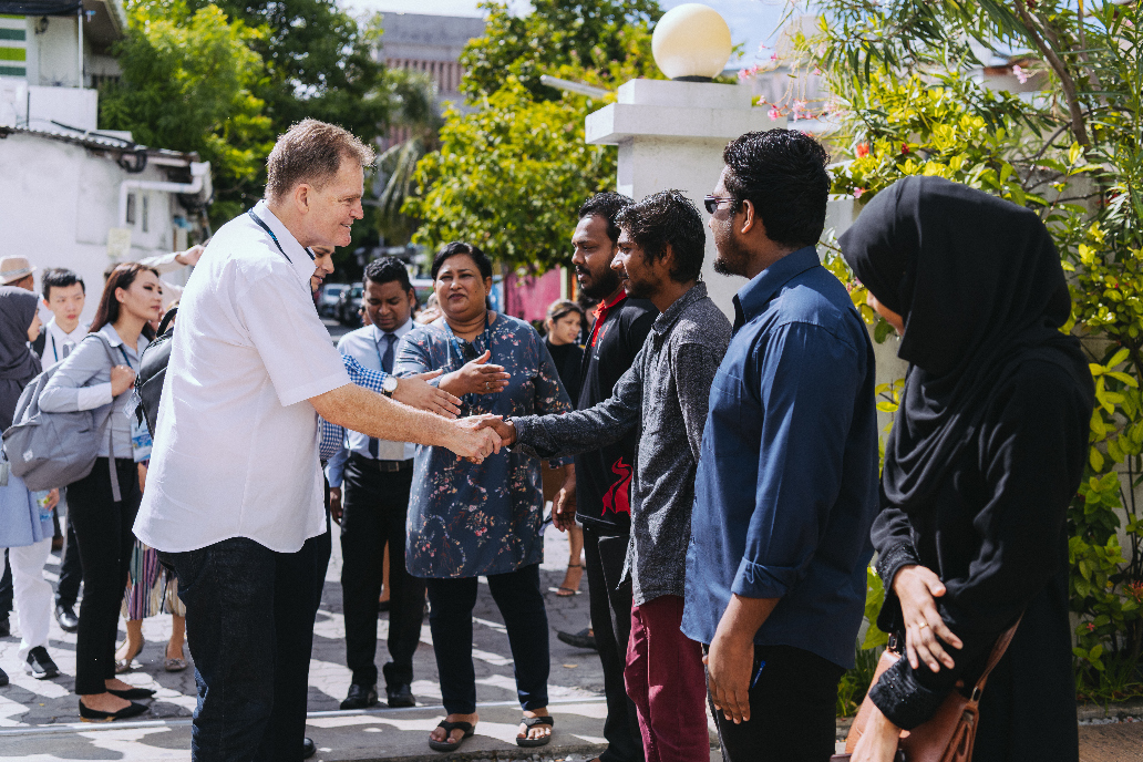 Prof. Ron Edwards, Vice Chancellor of APU (left), interacted with students of the Maldives National University during his visit as part of the study tour.